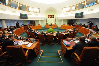 Сегодня в зале заседаний Мосгордумы оппозиционеров немного: только коммунисты