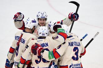 Хоккеисты СКА празднуют заброшенную шайбу в ворота ЦСКА в третьем матче 1/4 финала Кубка Гагарина