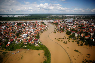 Вид на затопленный в результате наводнения город Брчко