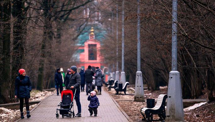 Горожане в Воронцовском парке в Москве