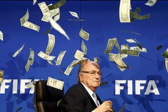 На пресс-конференции Йозефа Блаттера британский комик Саймон Бродкин забросал главу ФИФА фальшивыми долларовыми купюрами, 2015 год