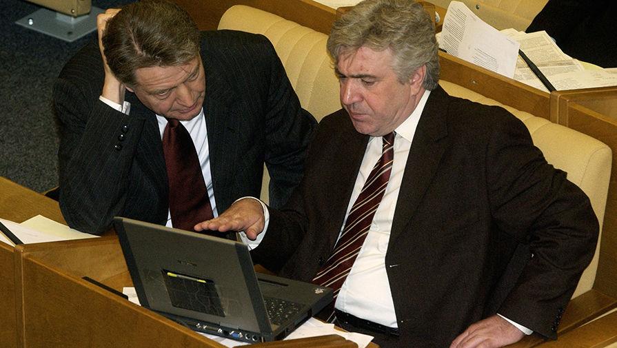 Члены фракции «Единая Россия» Павел Медведев и Валерий Зубов (слева направо) назаседании Государственной думы, 2004 год