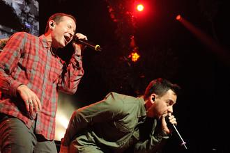 Вокалисты Linkin Park Честер Беннингтон и Майк Шинода во время концерта в Лос-Анджелесе, 2012 год