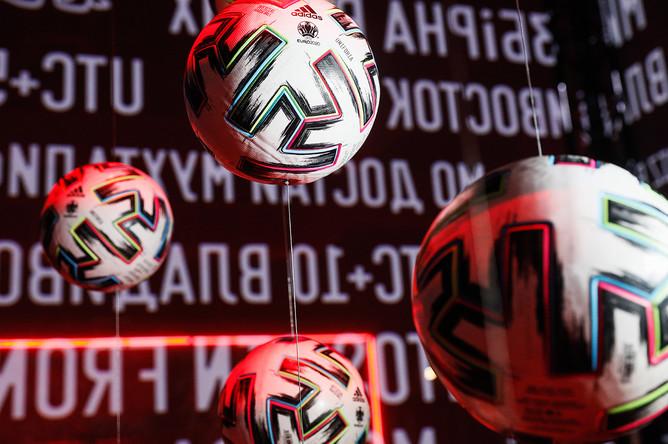 Официальные мячи чемпионата Европы по футболу 2020 Adidas Uniforia на церемонии представления формы сборной России к чемпионату Европы 2020, 7 ноября 2019 года