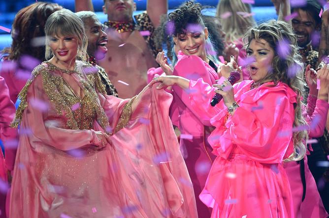 Певица Тейлор Свифт и певица Шанайя Твейн на The American Music Awards-2019