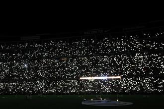 «Ноу Камп» в огнях мобильных телефонов