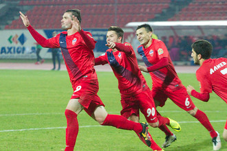 Игроки «Енисея» спешат поздравить Андрея Козлова с успешной игрой