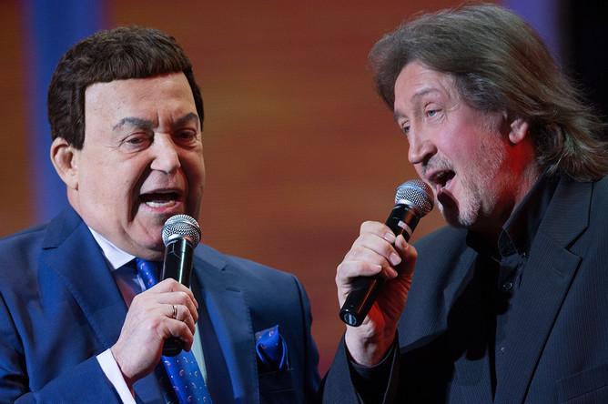 Певцы Иосиф Кобзон и Олег Митяев на концерте в честь 60-летия О.Митяева, 2016 год