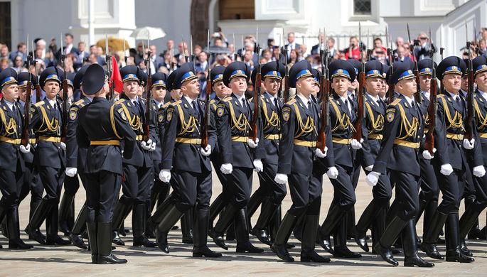 Парад Президентского полка на Соборной площади в Кремле после церемонии инаугурации Владимира Путина...