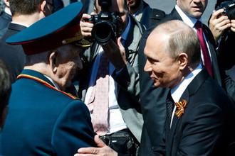 Президент России Владимир Путин и ветеран Великой Отечественной войны Дмитрий Сыркашев на Красной площади после военного парада, 9 мая 2018 года