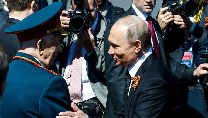 Президент России Владимир Путин и ветеран Великой Отечественной войны Дмитрий Сыркашев на Красной...