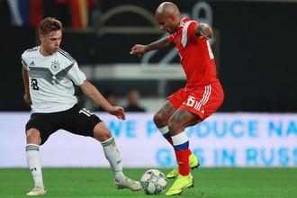Ари (справа) против Йозуа Киммиха в матче Германия — Россия