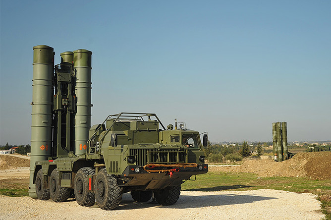 Зенитно-ракетный комплекс С-400 во время заступления на боевое дежурство на российской авиабазе Хмеймим для обеспечения безопасности полетов российской авиагруппы в Сирии
