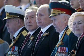 Президент Казахстана Нурсултан Назарбаев (второй слева) и президент России Владимир Путин (третий слева) на Красной площади во время военного парада, посвященного 71-й годовщине Победы в Великой Отечественной войне