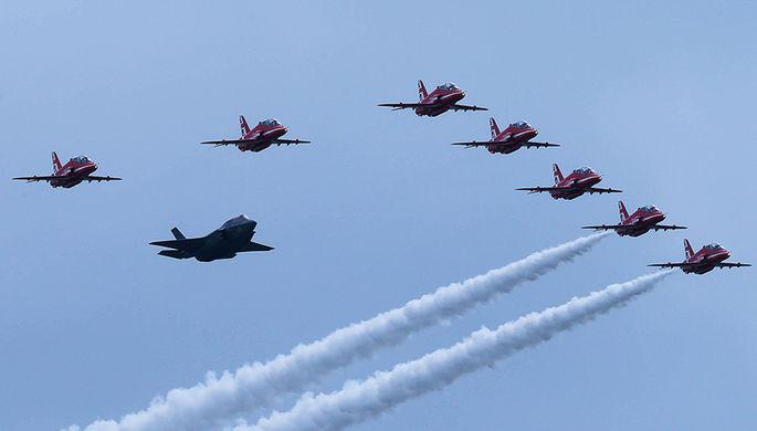 Пролет истребителя F-35 и пилотажной группы Королевских ВВС Великобритании «Красные...