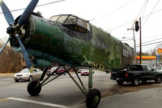 Советский самолет Ан-2 во время транспортировки в городе Норт-Кингстаун, штат Род-Айленд, 2004 год. Владелец — президент Antonov Foundation Дэймон Айз