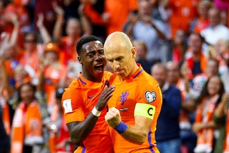 Нападающие сборной Нидерландов Квинси Промес и Арьен Роббен