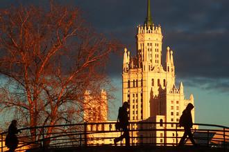 Вид на Садовнический мост и высотку на Котельнической набережной в Москве, ноябрь 2017 года