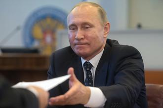 Президент России Владимир Путин в Центральной избирательной комиссии во время подачи документов для выдвижения кандидатом на предстоящих в 2018 году выборах президента РФ