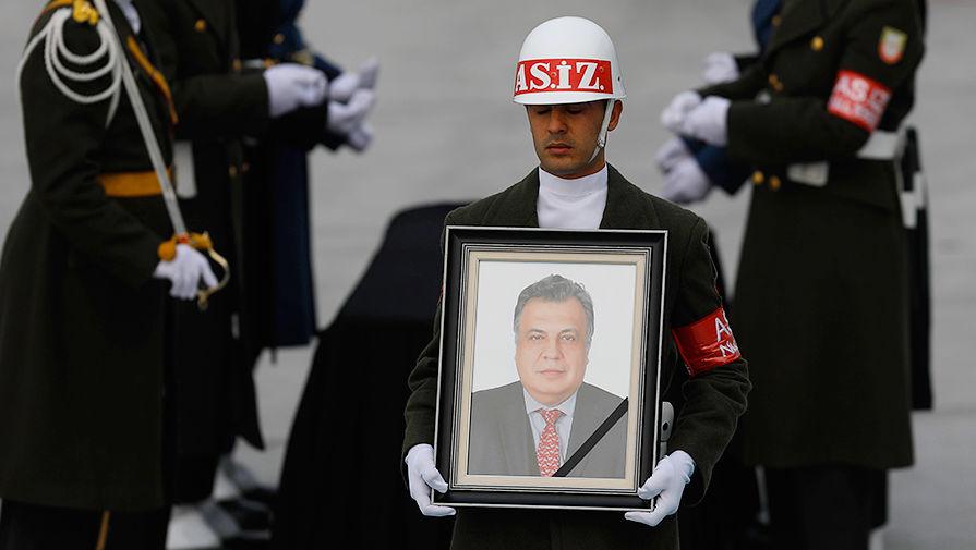 Турецкий почетный караул с изображением российского посла Андрея Карлова в международном аэропорту Анкары, 20 декабря 2016 года