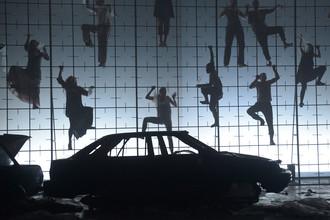 Артисты «Седьмой студии» в сцене из спектакля «Метаморфозы» на «Платформе» центра современного искусства «Винзавод»