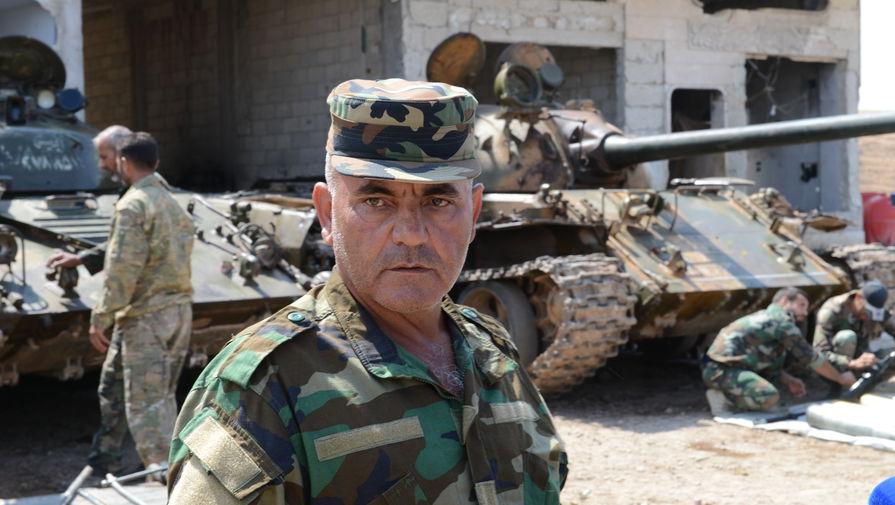 Командир танковой роты «Сил Тигра» следит за последовательностью, объемом и порядком проведения работ в ходе технического обслуживания техники подразделения.