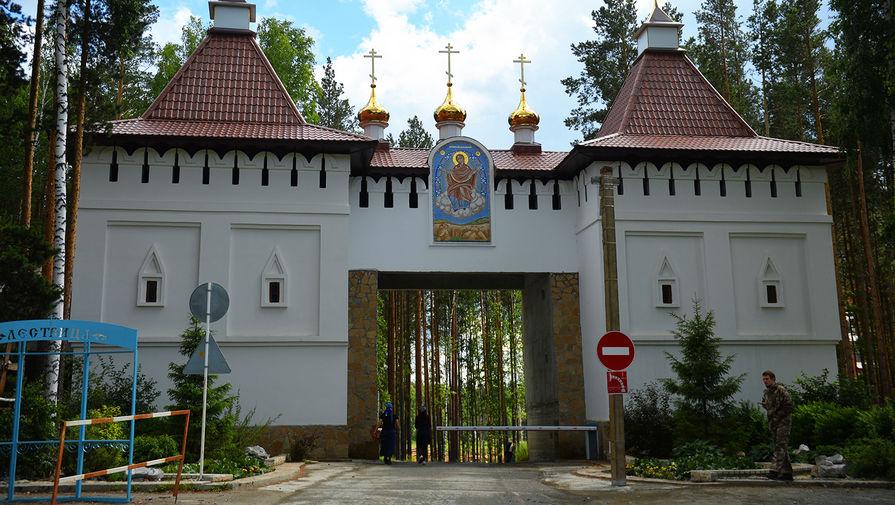 Въезд на территорию Среднеуральского женского монастыря в Свердловской области, захваченного бывшим священником, 17 июня 2020 года