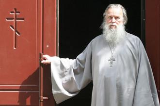 Священник Павел Адельгейм у храма Святых Жен-Мироносиц в Пскове