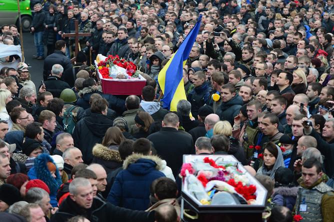 Прощание с погибшими в ходе ожесточенных уличных боев демонстрантами на площади Независимости в Киеве
