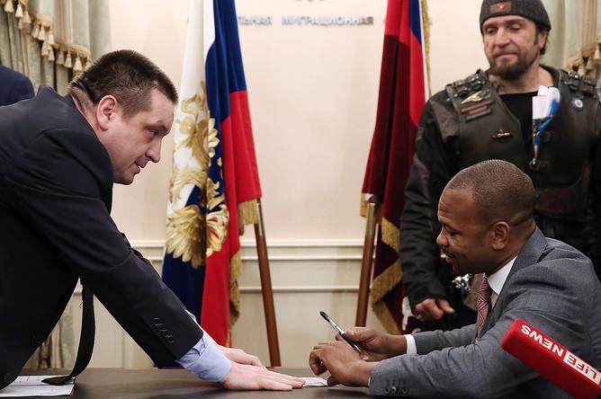 Боксер Рой Джонс-младший получил российский паспорт в Федеральной миграционной службе России