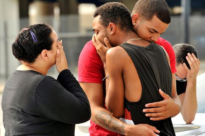 Родственники и друзья погибших в результате стрельбы в гей-клубе в Орландо