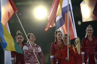 Анастасия Давыдова (с флагом России) была знаменосцем на церемонии закрытия в Лондоне