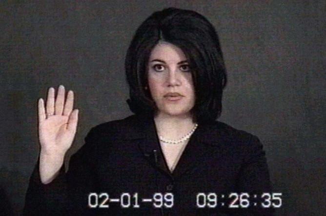 Видеозапись с присягой Моники Левински во время слушаний об импичменте президента США Билла Клинтона в Сенате, февраль 1999 года