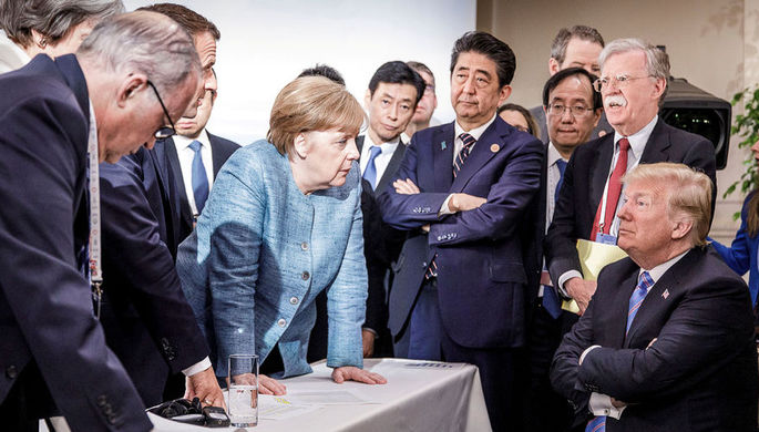 Канцлер Германии Ангела Меркель и президент США Дональд Трамп (в центре) на саммите G7 в Канаде, июнь 2018 года