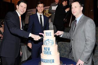 Джаред Кушнер, Джозеф Майер и Кен Карсон во время юбилейной вечеринки The New York Observer в Нью-Йорке, 2013 год