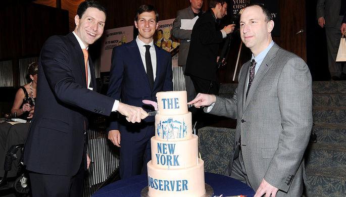 Джаред Кушнер, Джозеф Майер и Кен Карсон во время юбилейной вечеринки The New York Observer в...