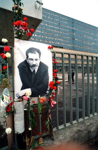 Фотография тележурналиста Владислава Листьева около телецентра «Останкино» в день его убийства, 1995 год