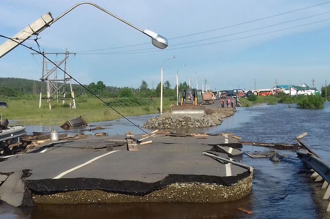Разрушенная дорога в подтопленном городе Тулуне, 30 июня 2019 года