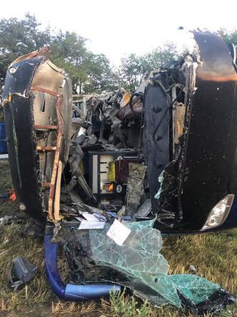 Рейсовый автобус на месте столкновения с грузовиком в Апанасенковском районе, 2 августа 2019 года