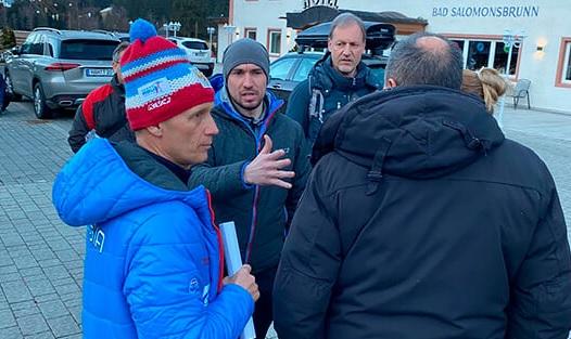 Президент СБР Владимир Драчев (крайний слева) и Александр Логинов (второй слева) утром в день обыска в расположении сборной России
