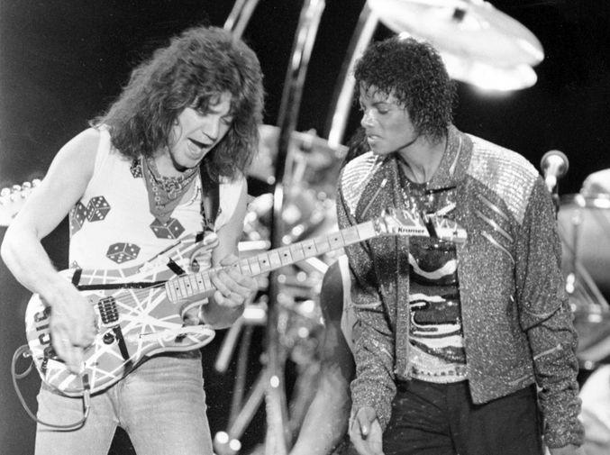 Гитарист группы Van Halen Эдди Ван Хален и певец Майкл Джексон во время концерта в Ирвинге, штат Техас, в рамках тура Джексона, 1984 год