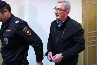 Глава Республики Коми Вячеслав Гайзер (справа) перед рассмотрением ходатайства следствия об аресте по делу об организации преступного сообщества и мошенничестве в Басманном суде