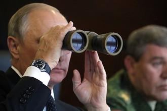 Владимир Путин во время инспекции действий вооружённых сил Союзного государства России и Белоруссии на основном этапе совместного стратегического учения «Запад-2017» на полигоне «Лужский»