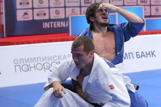 Станислав Семенов (в белой форме)