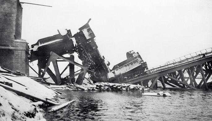 Разбитый железнодорожный состав на мосту, взорванном в годы Гражданской войны, ноябрь 1919 года