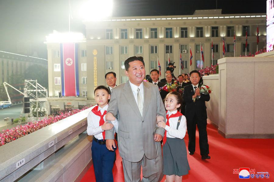 Ким Чен Ын похудел, ракеты не показали. Как прошел парад в Пхеньяне