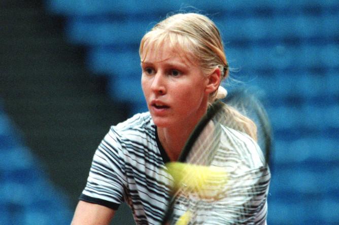 Елена Дементьева, которая входит в состав команды российских теннисисток, во время тренировки перед матчем 1/2 финала розыгрыша Кубка Федерации, 1999 год