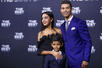 Криштиану Роналду с сыном и Джорджиной Родригес на церемонии вручения «Золотого мяча»
