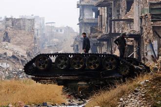 Поврежденный танк на улице в Алеппо, декабрь 2016 года