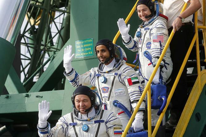 Астронавт Джессика Меир, космонавт Олег Скрипочка и первый космонавт ОАЭ Хаззаа Аль Мансури